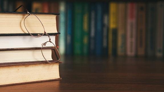 Bücherstapel und Brille