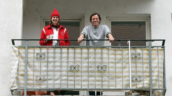 Anna Haifisch und Max Baitinger auf dem Balkon ihres Ateliers in der Leipziger Kochstraße