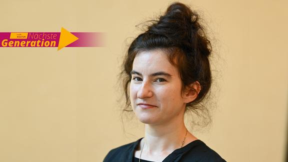 """Die Autorin Deniz Ohde mit einem Logo des MDR KULTUR-Formats """"Nächste Generation"""""""