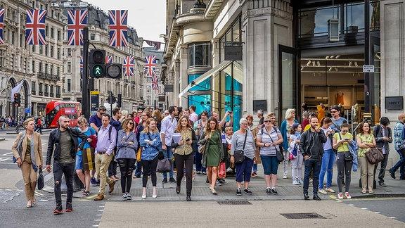 Fußgänger an einer Ampel in London