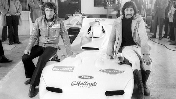 Eifelland Formel 1 Präsentation 1972 in Mayen Rolf Stommelen und Designer Luigi Colani mit dem Boliden.
