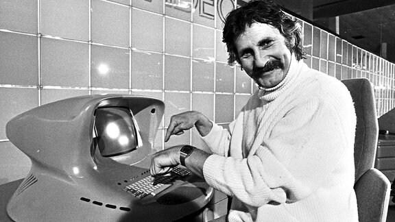 Designer Luigi (Lutz) Colani 1978 auf der Hannover Messe, mit einem von ihm entworfenen Computer.