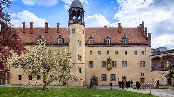 Das Lutherhaus Wittenberg hat einen Turm, der über das Hausdach hinausragt.