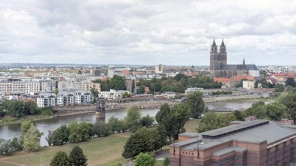 Blick über Magdeburg vom Riesenrad im Stadtpark Rotehorn über die Elbe auf Magdeburg mit dem Dom und der backsteinernen Stadthalle im Bauhaus-Stil.