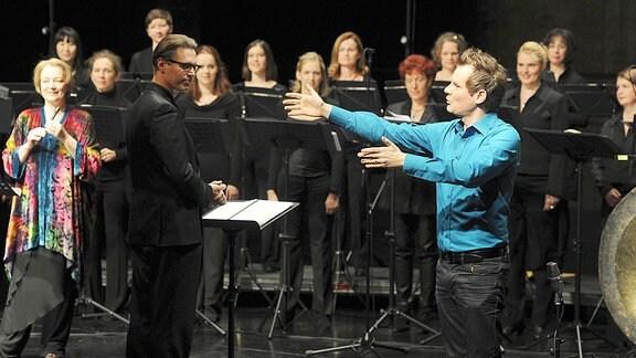Malte Arkona (re.) und das SWR Vokalensemble Stuttgart mit Dirigent Klaas Stok (li.).