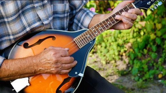Mann spielt Mandoline