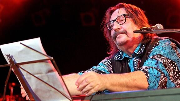Ein Mann an einem Keyboard