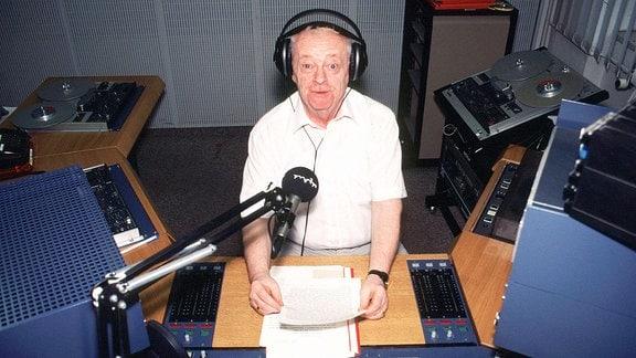 Manfred Manne Uhlig, ein Leipziger Original, im Rundfunkstudio des Mitteldeutschen Rundfunks.