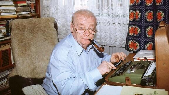 Manfred Manne Uhlig, ein Leipziger Original sitzt an seinem heimischen Schreibtisch an der Schreibmaschine.