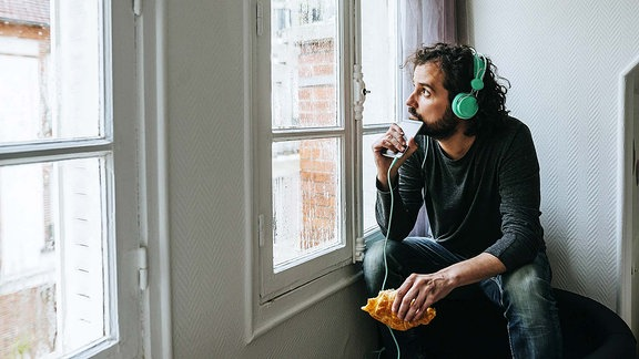 Mann hört Musik.
