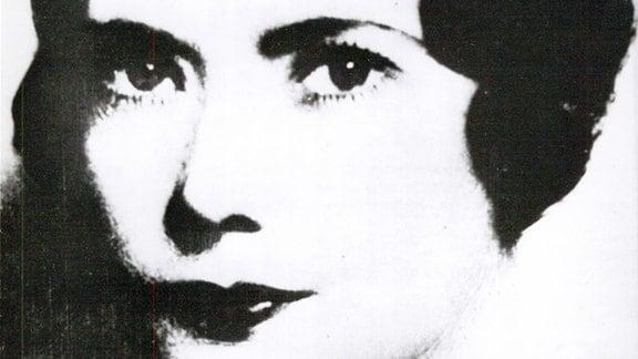 Portraitaufnahme einer jungen Frau in Schwarzweiß.