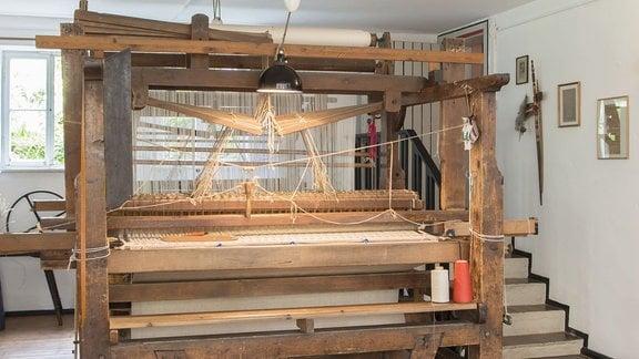 Im Margaretha-Reichardt-Haus in Erfurt-Bischleben: Werkstatt mit einem von mehreren Bauhauswebstühlen, seit 1987 technisches Denkmal.