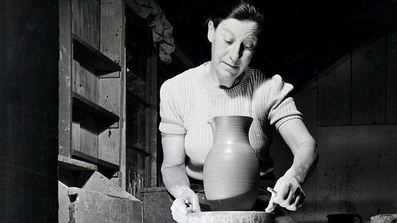 Marguerite Friedländer-Wildenhain beim Arbeiten, ca. 1940.