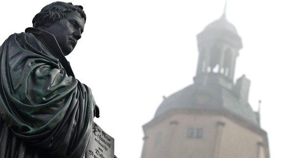 Das gusseiserne Denkmal für den deutschen Reformator Martin Luther (1483-1546) auf dem Marktplatz der Lutherstadt Wittenberg.