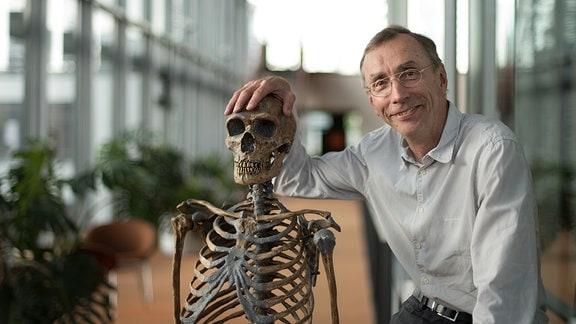 Prof. Svante Pääbo, Geschäftsführender Direktor des Max-Planck-Instituts für evolutionäre Anthropologie, mit dem Skelett eines Neandertalers - zusammengesetzt aus Knochen unterschiedlicher Fundorte