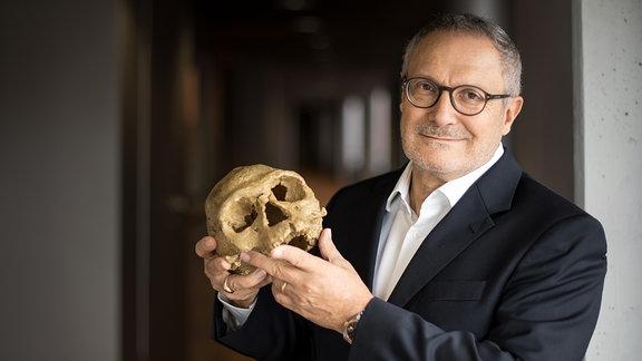 Prof. Jean-Jaques Hublin, mit dem ältesten Schädel eines Homo Sapiens, der je gefunden wurde - 300-tausend Jahre alt