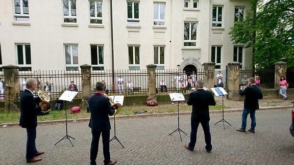 Vier MDR Musiker, Hornisten -- vor dem Pflegeheim in der Quedlinburger Taubenbreite 1