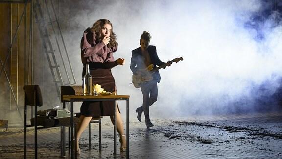 Darsteller auf einer Bühne.