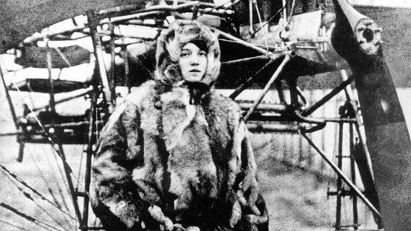 Undatierte Aufnahme der deutschen Pilotin Melli Beese vor einem Flugzeug