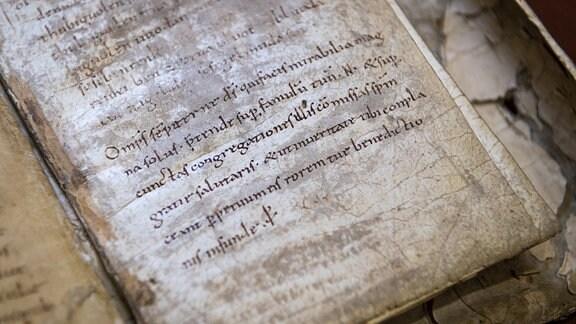 Die originalen Merseburger Zaubersprüche liegen auf einem Tisch im Domstiftsarchiv Merseburg.
