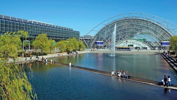 Blick über den Messesee mit Durchgang auf das Congress Center Leipzig und die Glashalle