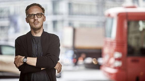 Der Autor Michal Hvorecky mit verschränkten Arme.