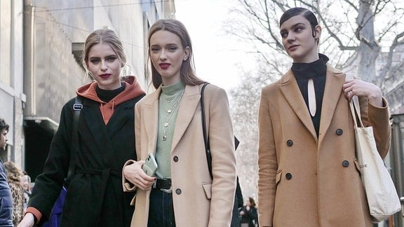 Models auf der Straße