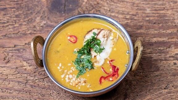 Indische Mulligatawny Suppe in einer Messingschale