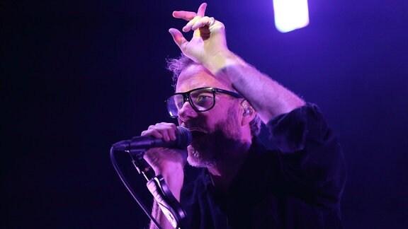 Bei einem Konzert in Berlin 2019 wird der Sänger von The National Matter Berninger Pink angeleuchtet.