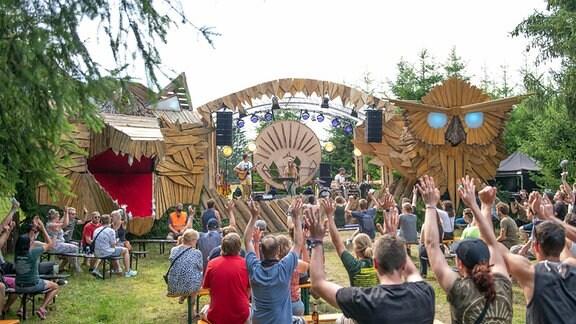 Publikum vor einer Bühne