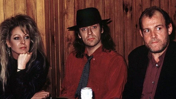 (V.l.n.r.) Tamara Danz, Udo Lindenberg und Joe Cocker sitzen nebeneinander.