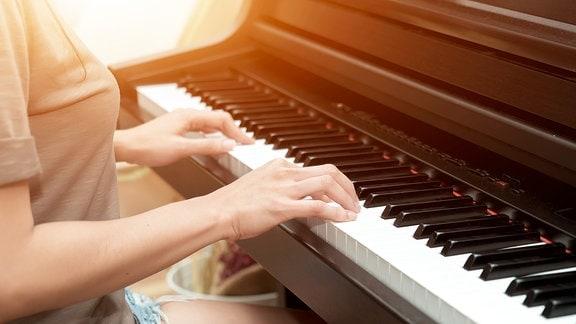Eine Person spielt Klavier.