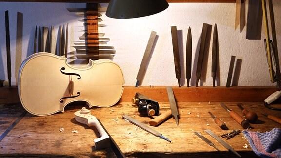 Blick auf die Werkbank eines Geigenbaumeisters in seiner Werkstatt