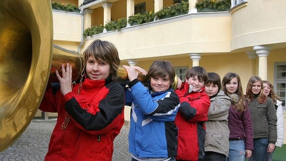 Im Musikinstrumentenmuseum Markneukirchen zeigen Schüler eine bis auf 5,25 Meter ausziehbare Tuba