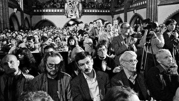 In der Ost-Berliner Erlöserkirche fand im Oktober 1989 eine Veranstaltung statt unter dem Motto: Gegen den Schlaf der Vernunft . Mitwirkende waren Schriftsteller, Autoren, Künstler der DDR. In der ersten Reihe im Publikum sitzen: Ulrich Plenzdorf (2.v.li.), Christoph Hein (mi.), Stephan Hermlin und Günter de Bruyn (re.).