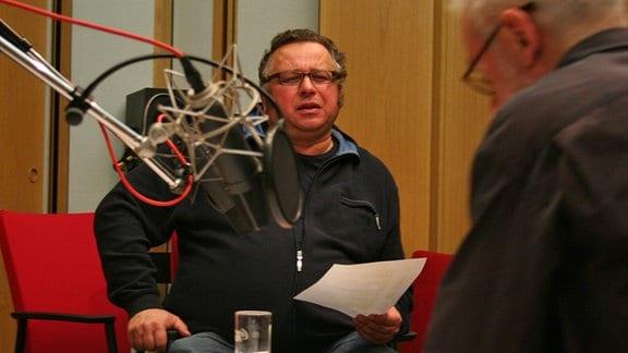 """Hilmar Eichhorn und Herbert Fritsch (re.) bei der Hörspielproduktion """"Nackt in Berlin"""" am 09.01.06."""