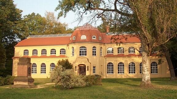 Das Gebäude des Naturkundemuseum in Altenburg wird von der Abendsonne angestrahlt.