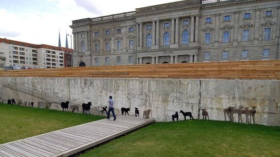 Installation der Künstlergruppe - NEOZOON - zeigt mit Pelzen behangene Schaffiguren auf dem Schlossplatz in Berlin