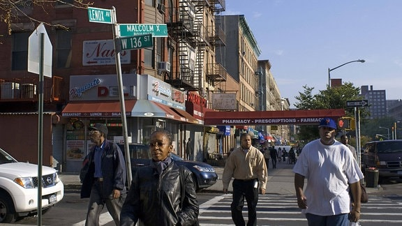 Passanten auf einer Straße im New Yorker Stadtteil Harlem