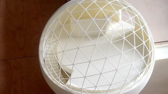 Blick in die gläserne Kugel aus Stahlbeton - die modernistische Hülle schafft Raum für ein Restaurant samt Bar im Geiste der brasilianischen Leichtigkeit des Seins.