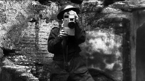 AFPU-Kameramann (Army Film and Photographic Unit) im Einsatz.