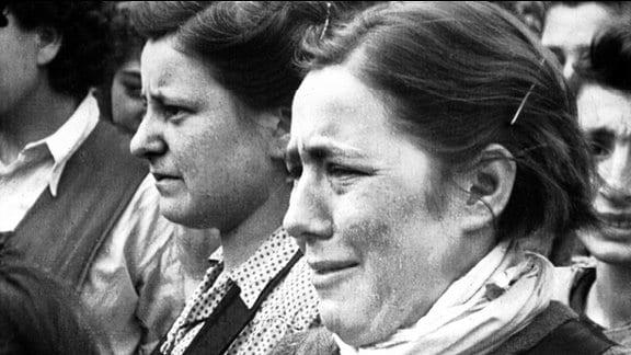 Emotionen junger Frauen, aufgenommen von Sergeant Mike Lewis am 17. April 1945.