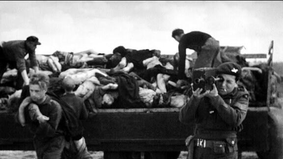 Alliierten-Kameramann Sergeant Mike Lewis bei Dreharbeiten in Bergen-Belsen, aufgenommen am 18./20. April 1945.