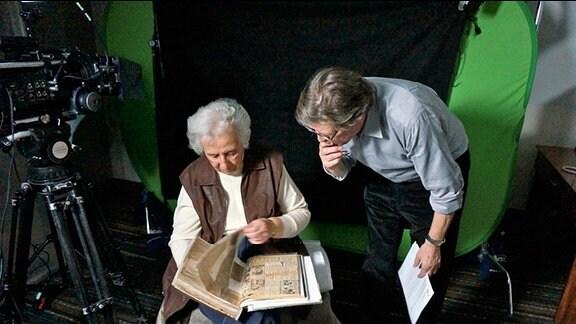 André Singer (Creative Director & CEO Springerfilms) und die Holocaust-Überlebende Anita Lasker-Wallfisch während der Dreharbeiten.