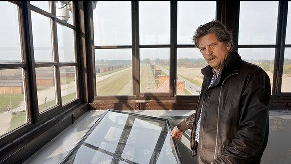 André Singer (Creative Director & CEO von Springerfilms) während der Dreharbeiten in Auschwitz.