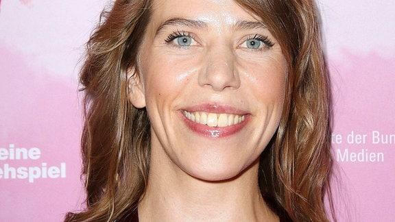 """Die Regisseurin Nora Fingscheidt lacht bei der Premiere von """"Systemsprenger""""."""