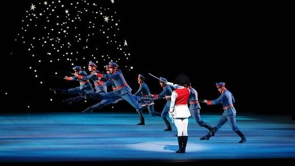 """Tänzer des Staatsballetts Berlin als Soldaten während der Fotoprobe zu """"Der Nussknacker"""""""