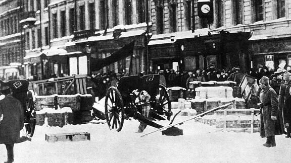 Barrikaden und Geschütze auf einer Straße in Petrograd im Oktober 1917.