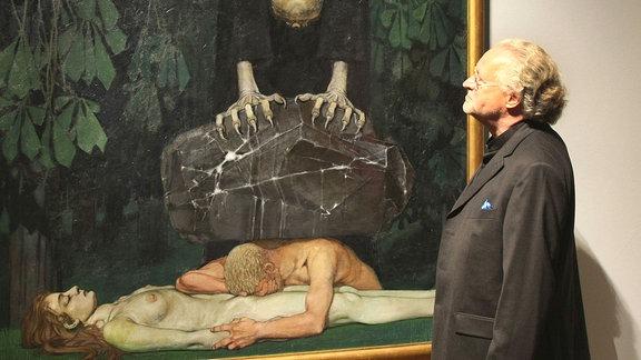 Ein Besucher betrachtet das Bild Gram von Oskar Zwintscher