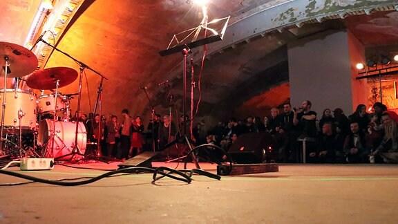 Menschen vor einer Bühne im Ost-Passage Theater Leipzig